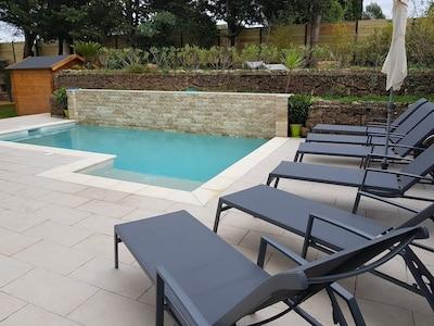 Grand appartement au rez de chaussée avec 2 chambres à louer avec piscine