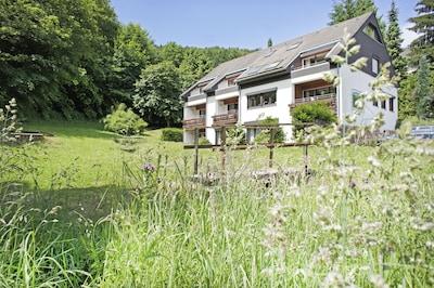 Helle Fewo für 6 Personen am Erdgeschoß mit Terrasse im Garten direkt am Wald