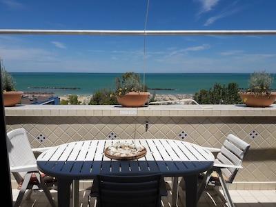 Schöne Wohnung mit Blick auf das Meer