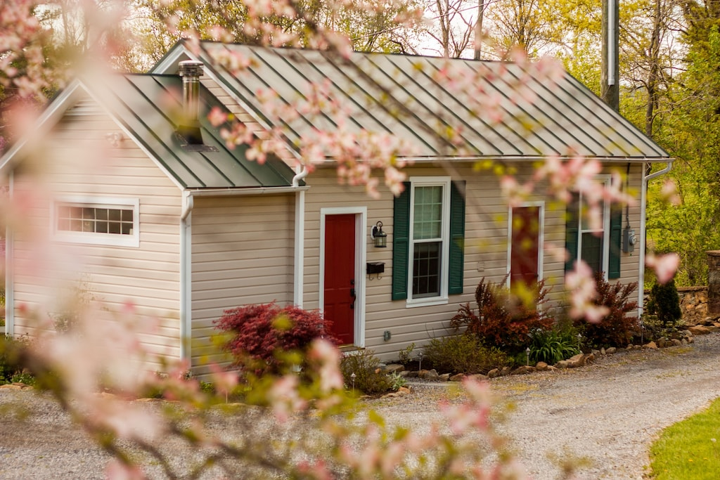 Vacation rental Artist's Studio cottage