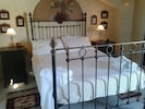 Main bedroom with en-suite bathroom - Tal-Bjar Villa Gozo