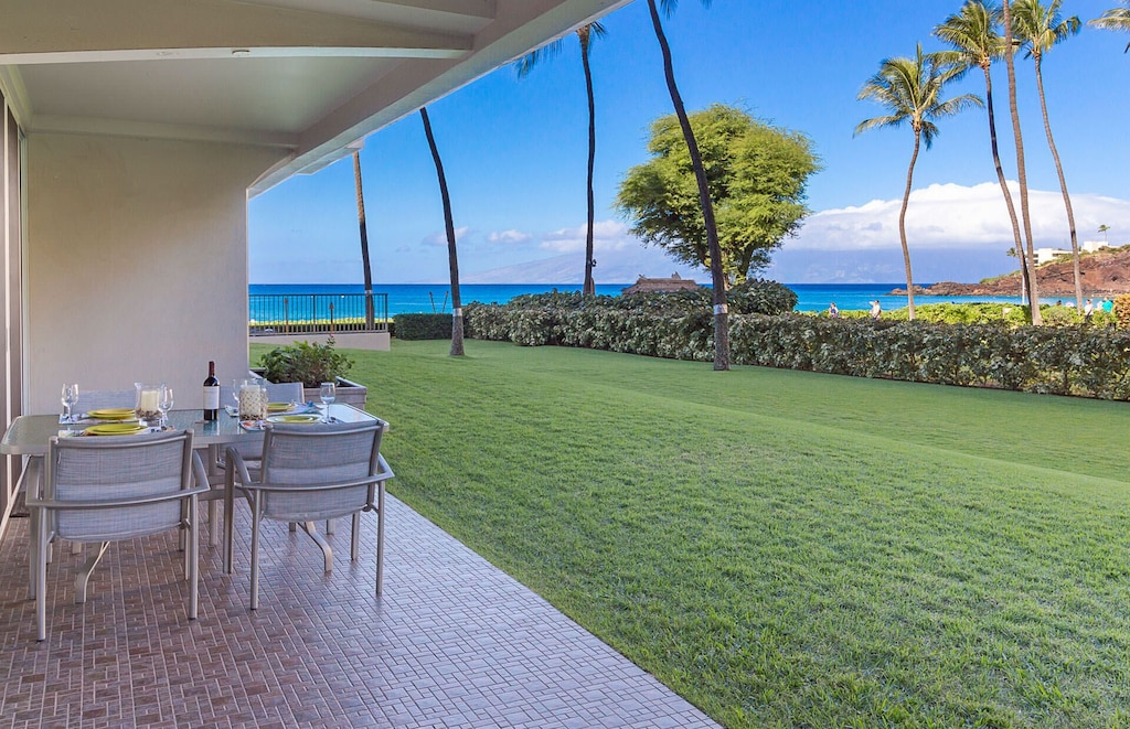 Terrace with garden and ocean views in West-Maui