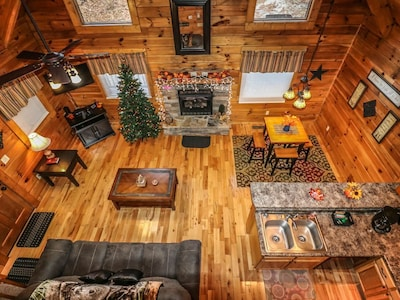 """""""Forever Dreams"""" Cabin w HOT TUB & New ARCADE Multi-Cade Game Table!"""
