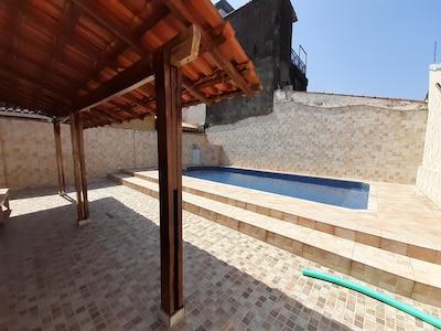 Casa com Piscina no Jardim Real (Praia Grande)