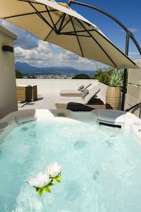 Whirlpool auf der Dachterrasse mit Ausblick auf die Stadt Salzburg
