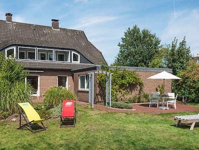 Diekhuus Arngast, Ferienhaus für 12 Personen in Dangast, Nordsee: Ansicht vom großen Garten