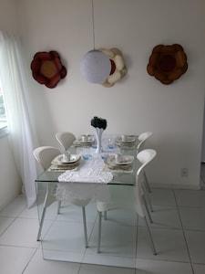 Linda mesa de vidro e decoração da sala.