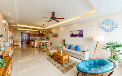 Huge living space connecting with dining and kitchen for big group 10-14 people