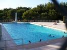 Immense piscine : 15 x 25 m , prof : 0.8 à 3 m avec plongeoir