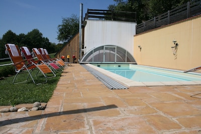 solarbeheiztes, überdachtes Schwimmbad