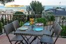 Prenez vos repas en profitant de la vue sur les Iles Medes et la mer