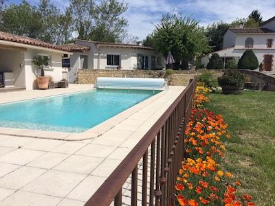 Vue sur la piscine et le petit logement