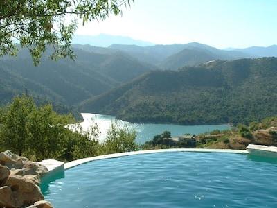 Villa rural con gran piscina desbordante en una zona rural con vistas al lago