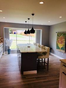 Kitchen/bar area - seats 4
