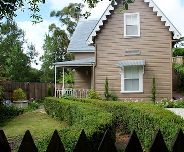 Notts House - Historic Bowral Home with Cottage Garden
