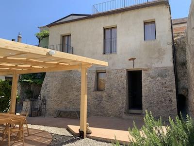 Casa di pietra a Santa Severina con giardino vista stupenda sui monti della Sila