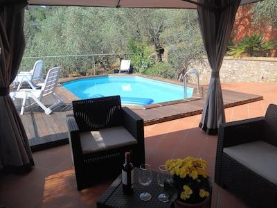 Privat -Pool mit Gazebo Sofa Tisch, Sessel und Liegestühle
