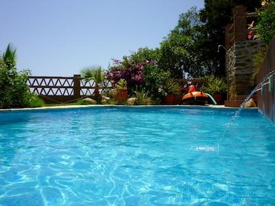 Hermosa villa con piscina propia, a 400 metros de la playa, TV del Reino Unido, Wi-Fi, vista estupenda al mar, aire acondicionado
