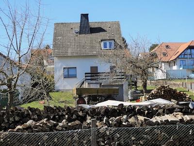 Ferienhaus Rückseite mit Garten