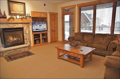 Living/Family room, brand new carpet, we ask our guests to remove their shoes