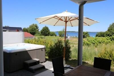 Unsere Terrasse im Sommer mit eindrücklichem Seeblick