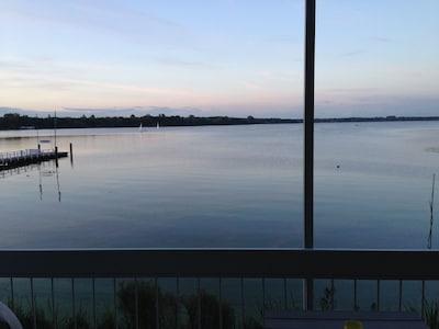 Ausblick von der überdachten Loggia auf das abendliche Zwischenahner Meer