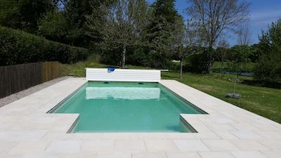 La piscine avec son escalier et sa terrasse