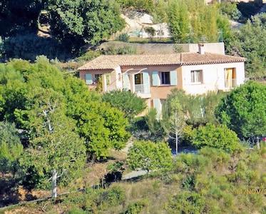 Villa dans son écrin de verdure accès et parkings privés-espace résidentiel