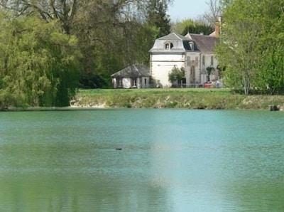 Le lac, en arrière plan le Pavillon du Lac