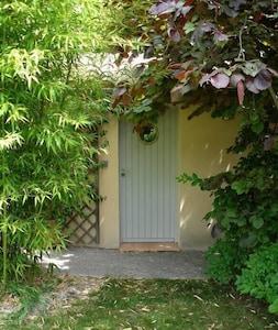L'entrée nichée dans la verdure.