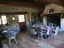 La salle à manger 35m2 avec sa très grande cheminée .