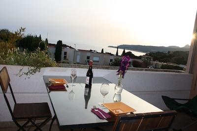 La terrasse au coucher du soleil.