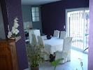 La salle à manger et cuisine,ouverture vers la piscine.