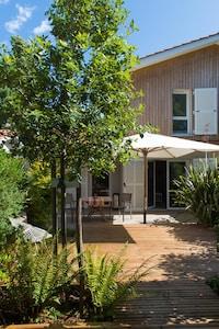 La maison vue du fond de la terrasse