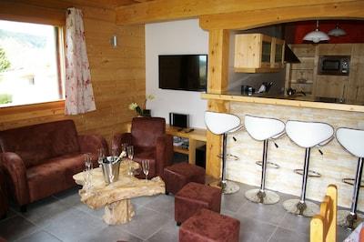 Salon avec coin apéritif, bar, télé haute définition, lecteur DVD, lunettes 3D