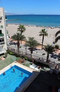 Vue depuis le balcon sur plage et piscine