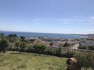 Une vue sur la mer de la terrasse
