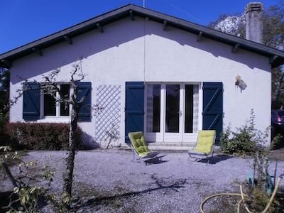 Façade de la villa au milieu d'un jardin arboré 2000M2