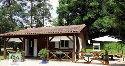 Adossée à la forêt cette maison dispose  de deux terrasses