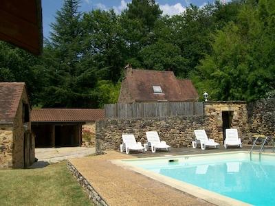 La piscine partagée et en arrière plan La Petite Baronnie