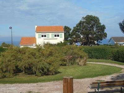 Arrivée maison devant une charmante petite place verdoyante et calme