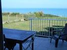 Belle terrasse rénovée agréable donnant sur le séjour et le jardin face à la mer