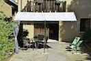 accès appartement, sa cour son salon de jardin privatif