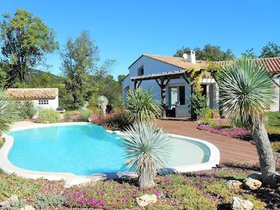 Vue d'ensemble sur  la maison, côté piscine et jardin.