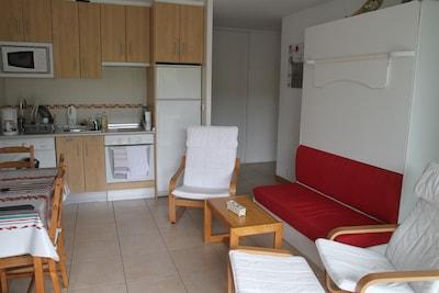 salon avec lit armoire