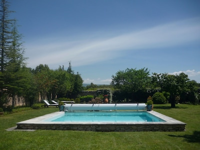 Piscine en bassin carré, 36m2, volet roulant et fontaine.