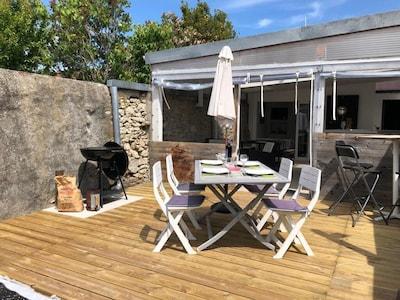 Terrasse bois extérieur et barbecue