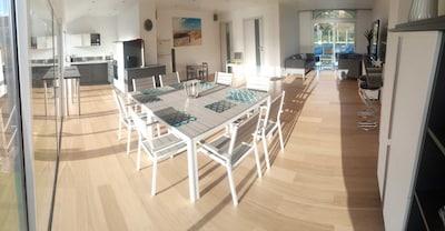 Grand living room traversant et lumineux