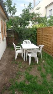 Ue terrasse pour le petit déjeuner dehors, le déjeuner, le dinner, l'apéro...