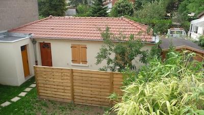 La maisonnette au fond de notre jardin et dans un cadre résidentiel